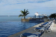 Luxurious oceanfront condo ideal for divers!